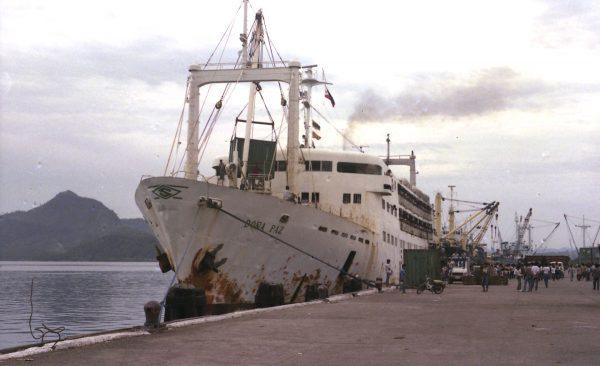 Chyba jedyne dobre zdjęcie MV Doña Paz przed katastrofą, wykonane w 1984 roku (fot. Clyde L Shoebridge)