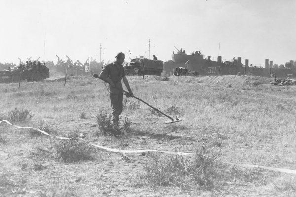 Aliancki żołnierz z wykrywaczem min