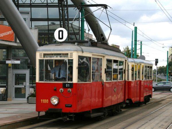 Tramwaj typu N i wagon doczepny 4ND1 w Katowicach (2008 rok) (fot. Jan Mehlich/Wikimedia Commons)