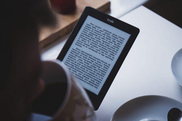 Czytniki ebooków pozwalają na zabranie w podróż całej swojej biblioteki