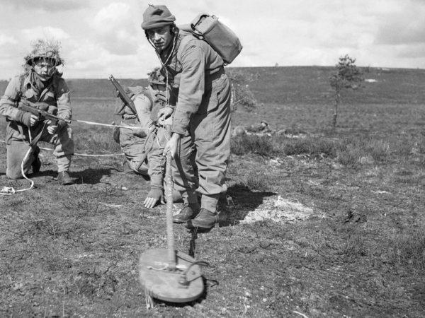 Alianccy żołnierze z wykrywaczem min