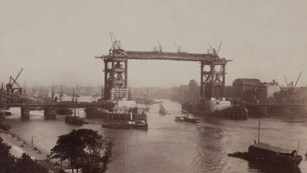 Tower Bridge podczas budowy