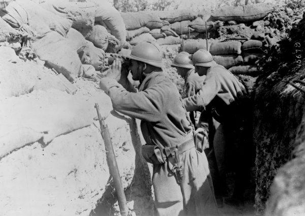 Francuscy żołnierze w okopie