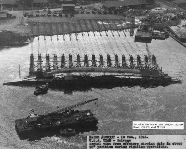 USS Utah podczas operacji podnoszenia i prostowania wraku