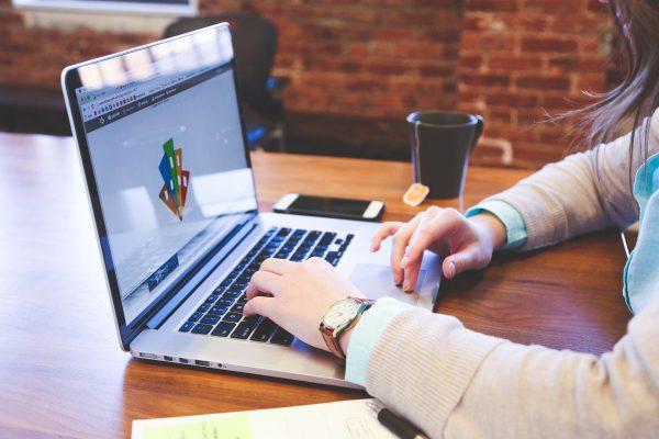 Zakup domeny to pierwszy krok na drodze do zdobycia własnej domeny. Następnym krokiem jest serwer, a konkretnie znalezienie miejsca na konkretnym serwerze, zwany potocznie hostingiem.