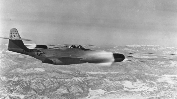 Northrop F-89D Scorpion uzbrojony w niekierowane pociski rakietowe