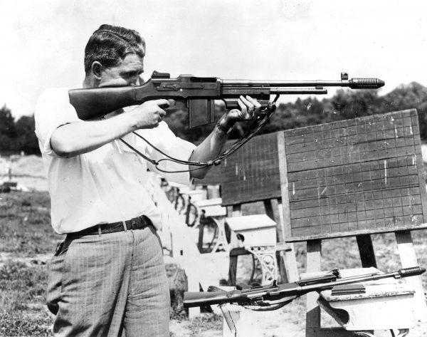 Funkcjonariusz FBI z karabinem M1918 Browning Automatic Rifle