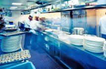 Jakie urządzenia gastronomiczne są niezbędne w kuchni ciepłej i zimnej?