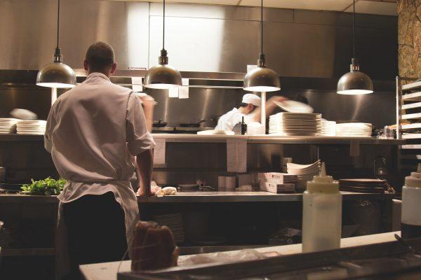 Bardzo istotną kwestią jest wybór odpowiedniego trzonu kuchennego, w oparciu o powierzchnię samego lokalu oraz liczbę przygotowywanych w nim dań.