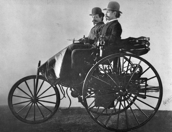 Karl Benz i Friedrich von Fischer w Benz Patent-Motorwagen (fot. Daimler AG)