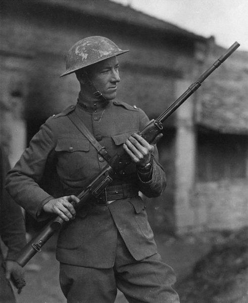 Amerykański żołnierz podczas I wojny światowej z karabinem M1918 Browning Automatic Rifle