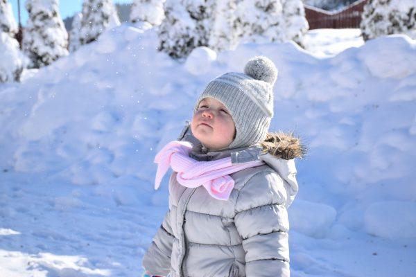 Codzienne spacery (oczywiście jeśli tylko pogoda na to pozwala) możemy urozmaicić licznymi zabawami, takimi jak np. bitwa na śnieżki czy rysowanie na śniegu za pomocą dłuższego patyka lub wydeptując ślady