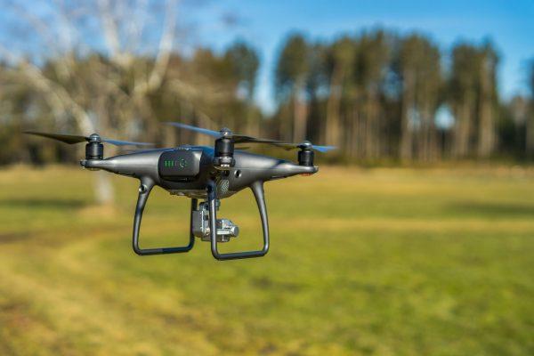 Najlepszym miejscem do latania dronem są, chociażby łąki czy pola, znajdujące się w oddali od budynków