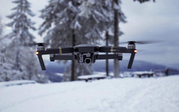 W przypadku dużych dronów wymagana jest specjalna licencja, podobnie jak w przypadku latania dronami w celach komercyjnych