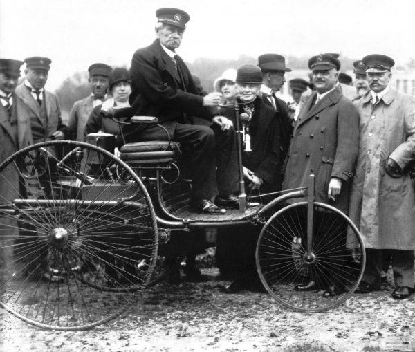 Karl Benz w swoim Benz Patent-Motorwagen - zdjęcie z 1925 roku (fot. Daimler AG)