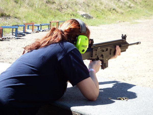 Mitem jest stwierdzenie, że strzelectwo to zajęcie jedynie dla mężczyzn, gdyż w ostatnich latach cieszy się ono coraz większym zainteresowaniem również wśród płci pięknej (fot. pixabay.dom)