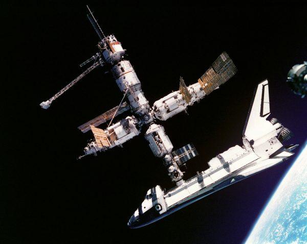 Wahadłowiec Atlantis cumujący do stacji Mir (fot. NASA)