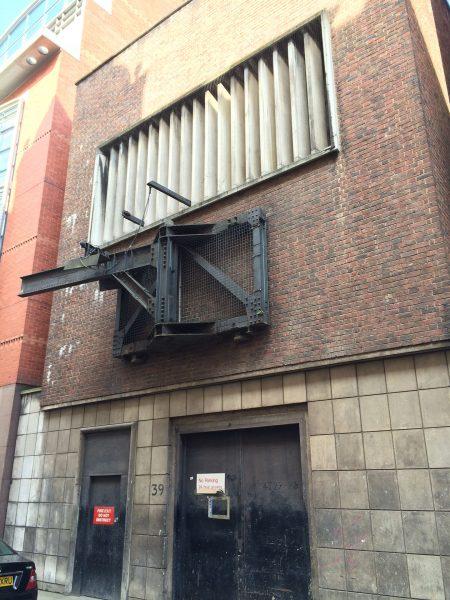 Wejście do centrali telefonicznej (nieistniejącej już) zbudowanej w schronie Chancery Lane (fot. J. Williams)