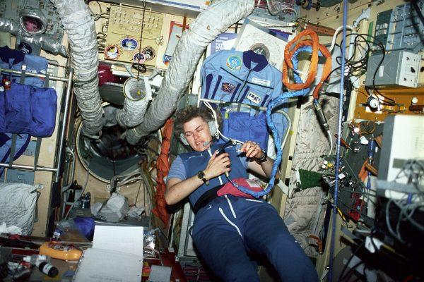 Astronauta Shannon W. Lucid na pokładzie stacji Mir (fot. NASA)