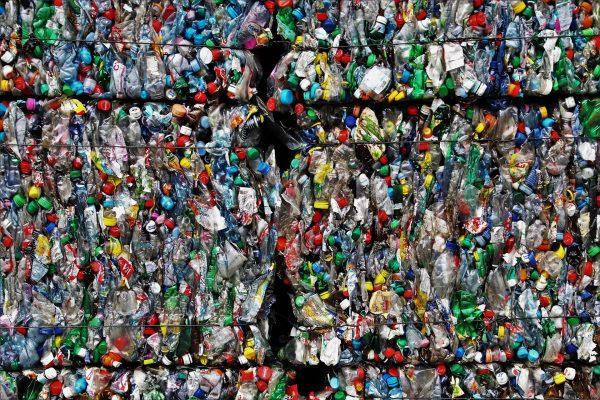Olbrzymia ilość plastikowych odpadów sprawia, że kolejne firmy zaczynają rezygnować z wykorzystania tego surowca