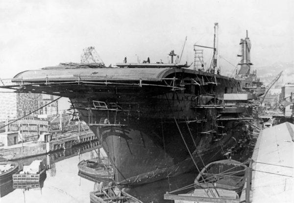 Lotniskowiec Aquila podczas budowy