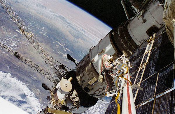 Rosyjski astronauta pracujący przy stacji Mir (fot. NASA)