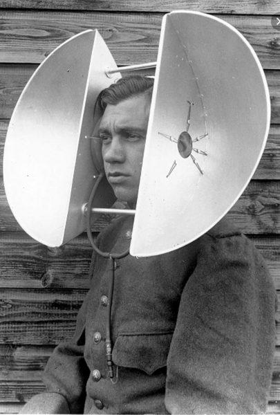 Holenderski żołnierz z osobistym urządzeniem nasłuchowym - lata 30.