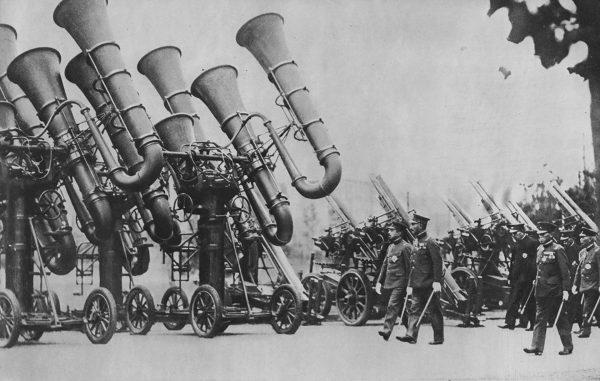 Prawdopodobnie najsłynniejsze zdjęcie urządzeń nasłuchowych z Japonii, podczas wizytacji cesarza Hirohito