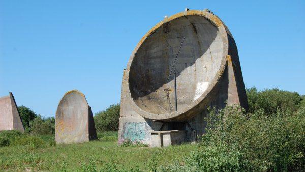 Pozostałości betonowego stanowiska nasłuchowego - Wielka Brytania (fot. Jules & Jenny/Flickr.com)