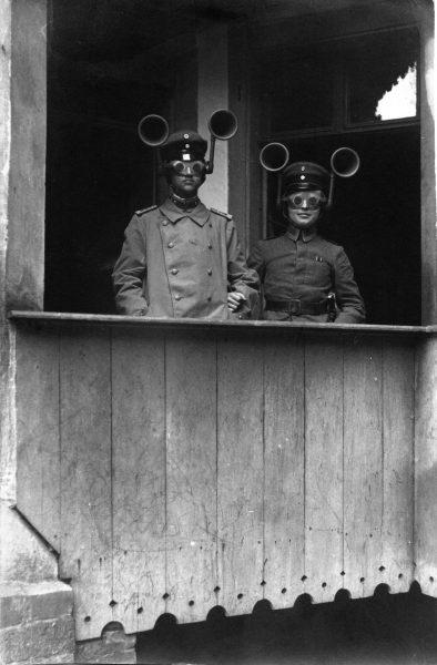 Niemieccy żołnierze z indywidualnymi urządzeniami nasłuchowymi - 1917 rok