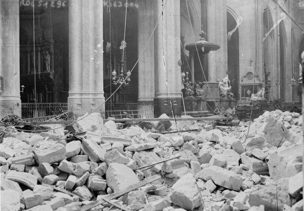 Zniszczone wnętrze kościoła St-Gervais-et-St-Protais