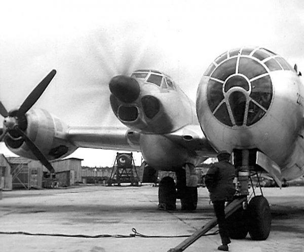 Fragment kadłuba Tupolewa Tu-91 zamontowany w miejscu jednego z silników bombowca Tu-4