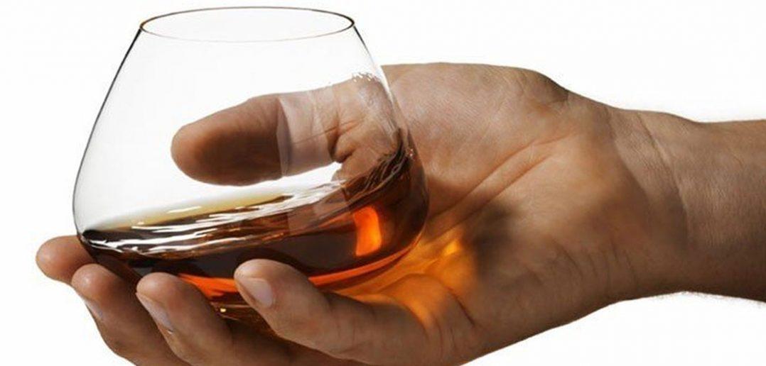 Jak trzymać kieliszek do wina czy koniaku?