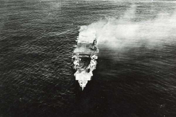 Płonący wrak lotniskowca Hiryū sfotografowany z pokładu bombowca Yokosuka B4Y