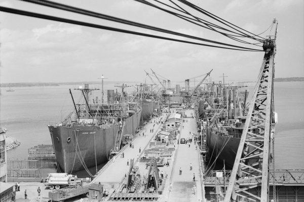 Statki typu Liberty podczas załadunku w Portland