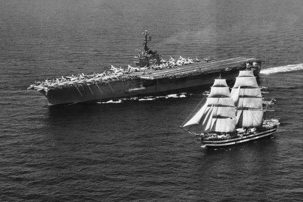 Amerigo Vespucci i amerykański lotniskowiec USS Independence w 1962 roku