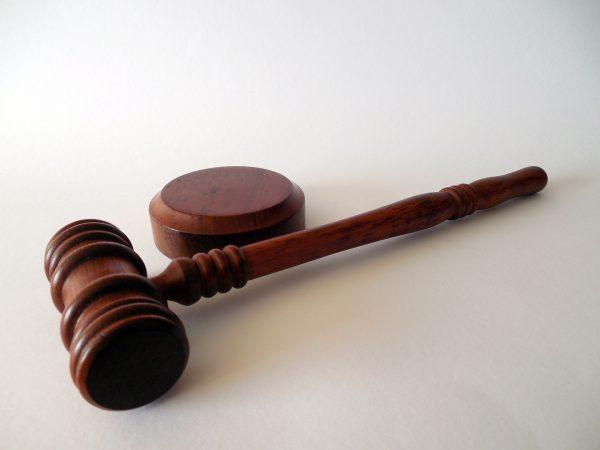 To przedstawienie świadkowi bądź oskarżonemu przedmiotu lub osoby, które mogą mieć związek ze sprawą i analiza reakcji oraz zeznań świadka na dany temat