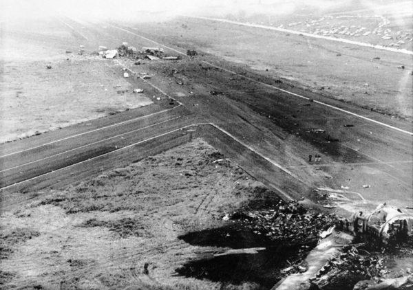 Miejsce katastrofy - na pierwszym planie wrak maszyny KLM