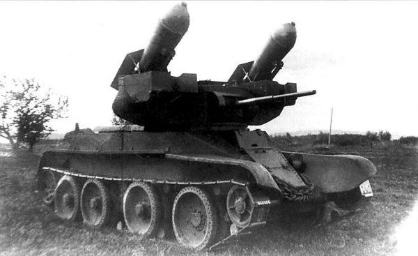 BT-7 z wyrzutnią pocisków rakietowych RS-132
