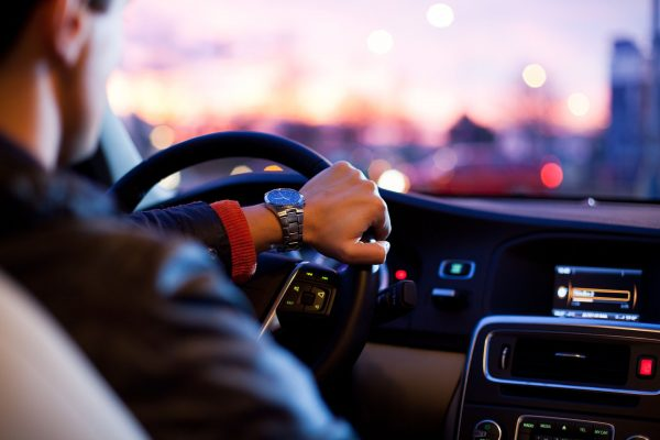 Każdy właściciel samochodu musi pamiętać o tym, aby wykupić ubezpieczenie OC (odpowiedzialności cywilnej). Chroni ono przed ewentualnymi skutkami finansowymi wywołanych zdarzeń drogowych.