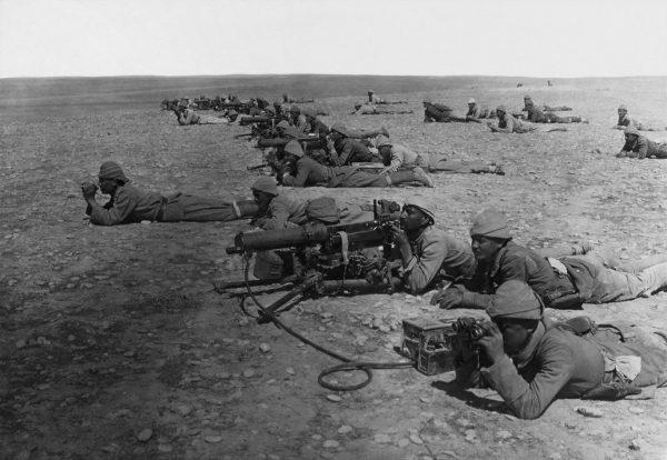 Żołnierze z karabinem maszynowym MG 08, będącym niemiecką wersją Maxima