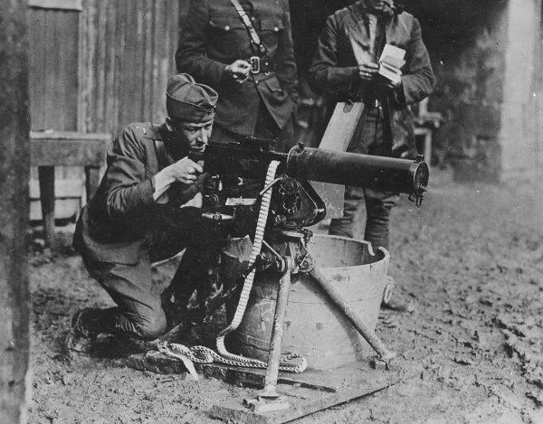 Amerykański żołnierz z karabinem maszynowym Browning M1917, amerykańską wersją Maxima