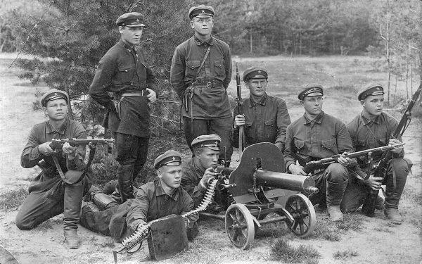 Czerwonoarmiści z karabinem maszynowym Maxim wz. 1910, produkowanym w Rosji i ZSRR