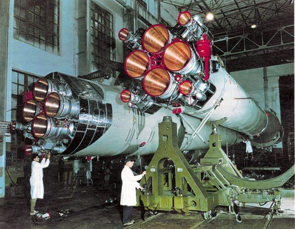 Rakieta R-7 podczas montażu