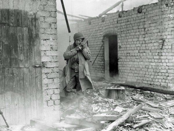 Amerykański żołnierz z radiostacją SCR-536