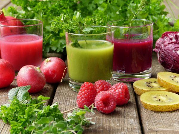 Do sokowirówki najlepiej nadają się twarde warzywa i owoce – jabłka, gruszki, marchew, buraki, seler. Za jej pomocą nie wyciśniemy soku z owoców i warzyw miękkich oraz zawierających skrobię.