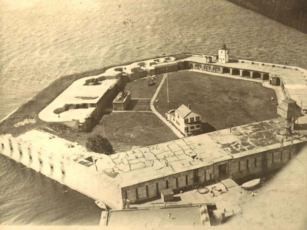 Fort Carroll po modernizacji z czasów wojny amerykańsko-hiszpańskiej - dobrze widać pozostałości po 3 bateriach