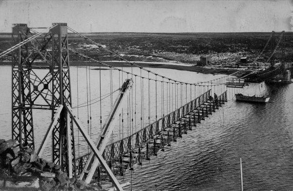 Bodie Creek Suspension Bridge podczas budowy