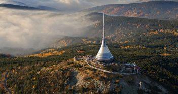 Niesamowity hotel i wieża telewizyjna Ještěd na szczycie góry