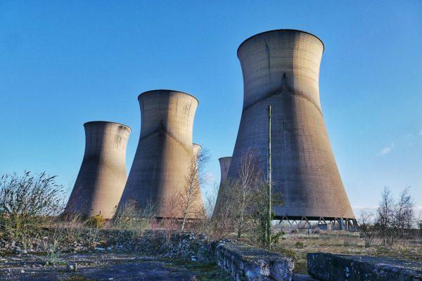 Chłodnie kominowe dawnej elektrowni Willington (fot. John Grey Turner)